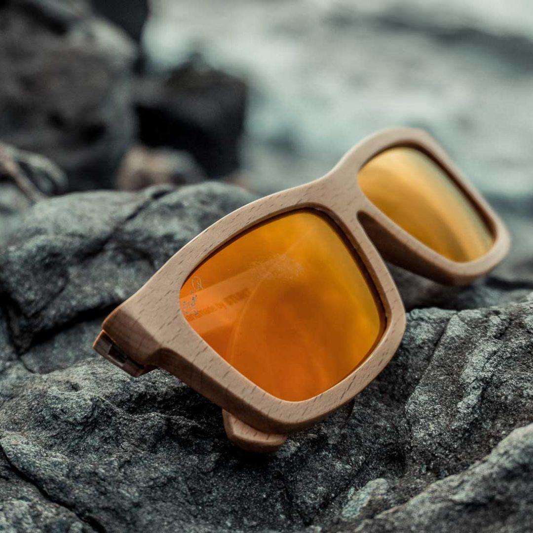 lentes-de-sol-de-madera-sobre-roca